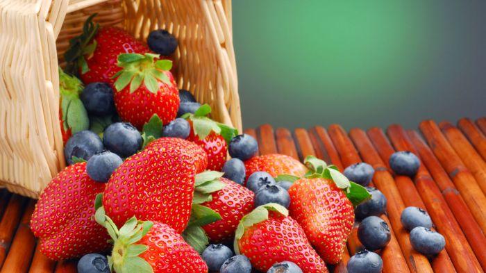 bleuets-corbeille-fraises-fruits-groseilles-myrtilles_1600x900